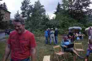 Dobrá duše našeho OS R. Matys asistuje u táboráku